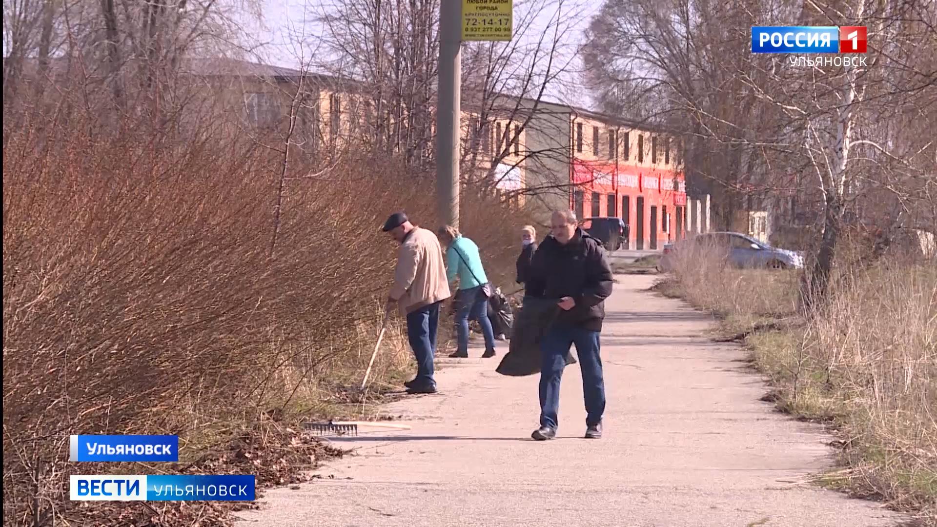 Сотрудники авиационного завода убрали территорию сквера имени Антонова